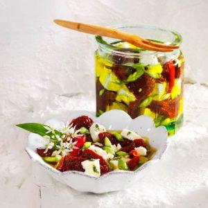 Dörrtomaten und Schafskäse mit Bärlauch-Kapern in Olivenöl